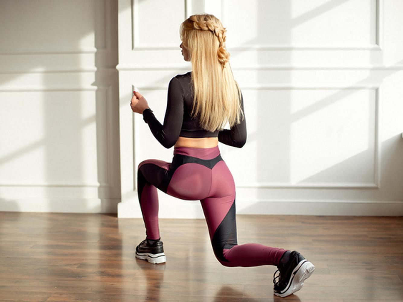Frau mit TikTok Leggings