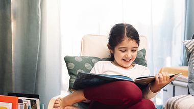 Mädchen liest buch - Foto: iStock/aul_Mellado