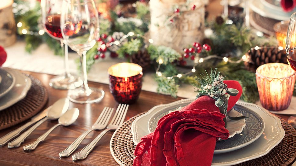 Tischdekoration für Weihnachten zum Selbermachen - Foto: Liliboas/iStock