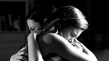 Wie können trauernde Elternteile Kindern den Tod des Partners vermitteln? Familientherapeutin Marthe Kniep gibt Rat.