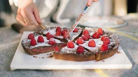 Die Torta Caprese wird nicht umsonst italienische Liebeskuchen genannt, denn wer davon isst, verliebt sich direkt in diese Torte. - Foto: iStock/ SamSpicer