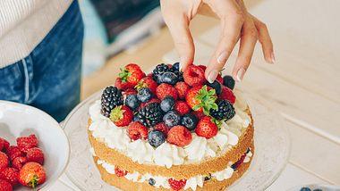 Mit unseren Tortenböden kannst du deine eigene Torte kreieren. - Foto: iStock/Xsandra