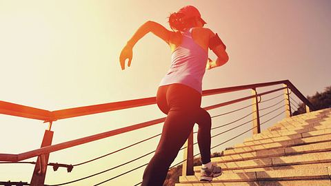 Beim Treppenlaufen kannst du extrem viele Kalorien verbrennen! - Foto: iStock