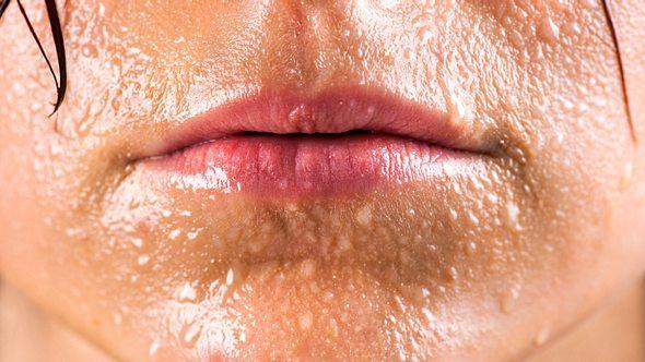 Übermäßiges Schwitzen heißt in der Fachsprache Hyperhidrose. Es gibt drei Arten. - Foto: IvanMiladinovic/iStock