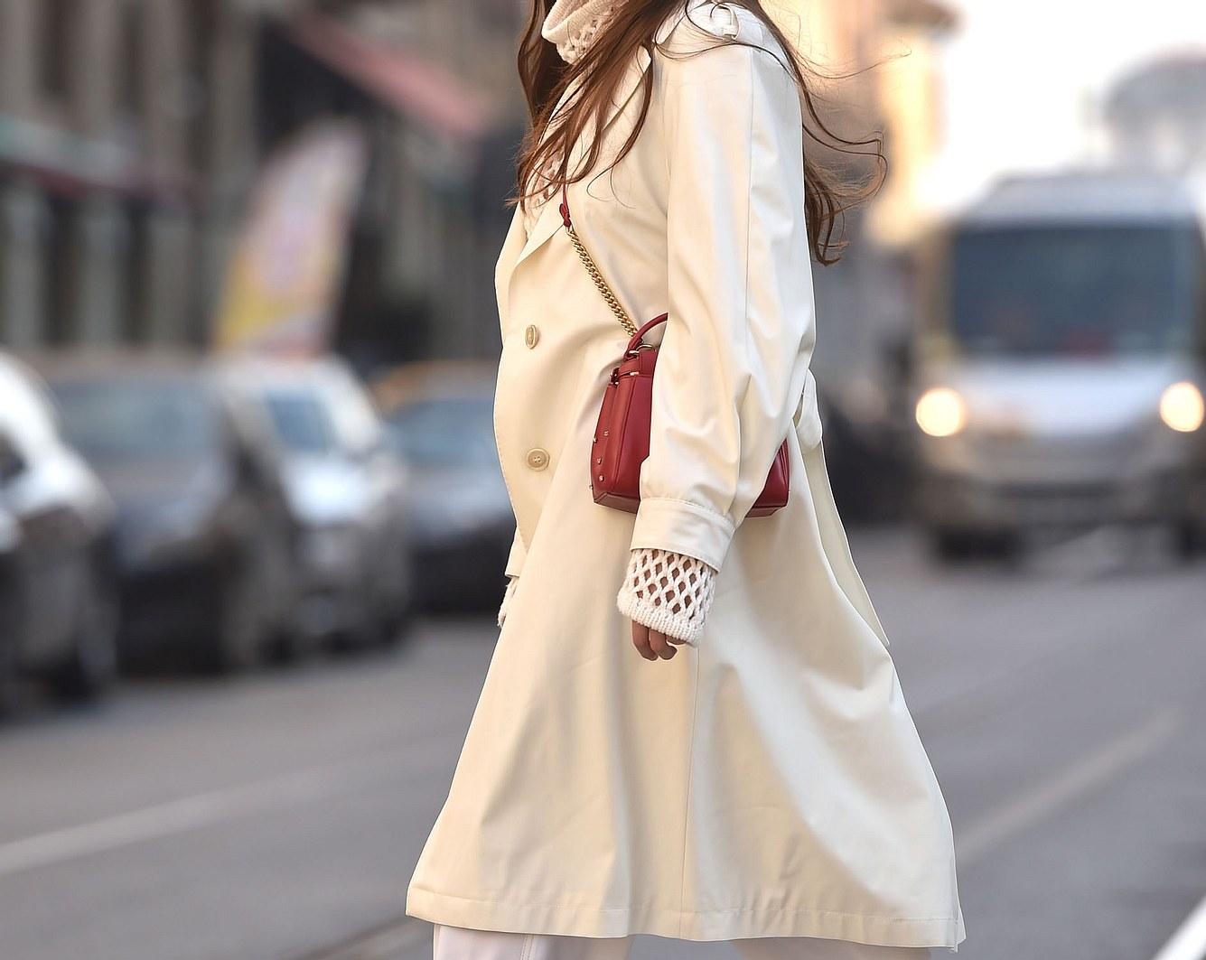 Übergangsjacke an einer Frau auf der Straße