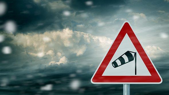 unwetter-warnung-superzellen-gewitter-sturm-hagel - Foto: istock/trendobjects