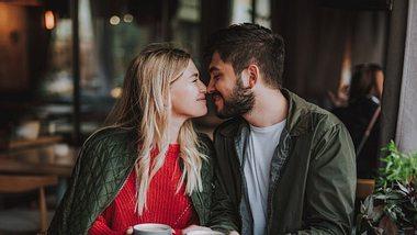 Paar am Valentinstag mit Geschenken - Foto: iStock/YakobchukOlena