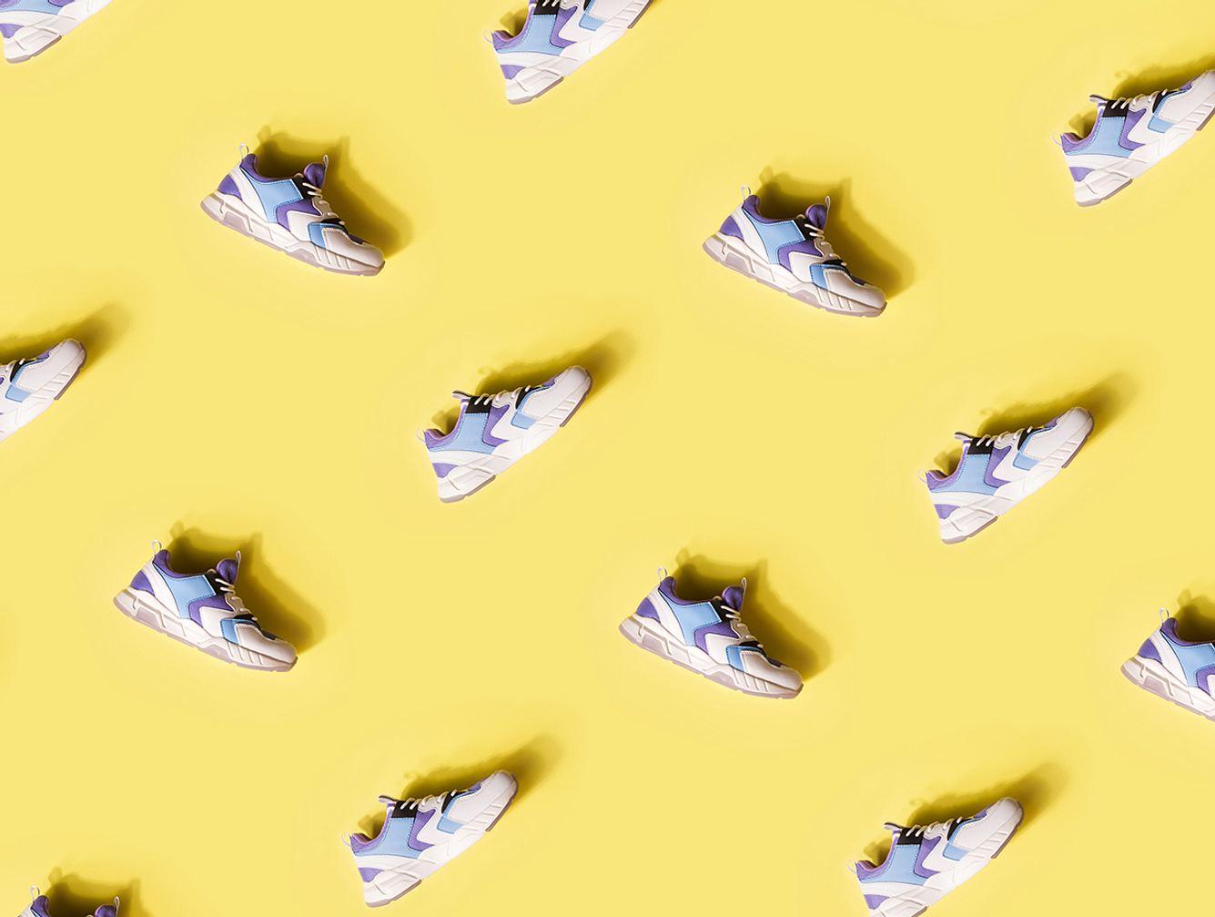 Vegane Sneaker vor einem gelben Hintergrund