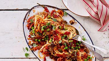 Unsere vegetarische Bolognese wird mit Pilzen und Erbsen gemacht. - Foto: House of Food / Bauer Food Experts KG