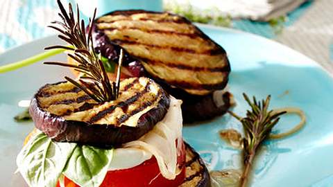 Knackiges Gemüse, kombiniert mit cremigem Käse - unser liebstes Grillrezept. - Foto: RFF