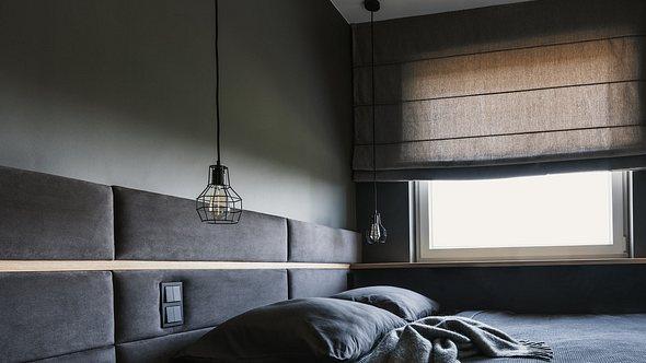 Zimmer mit Verdunkelungsrollo - Foto: iStock/KatarzynaBialasiewicz