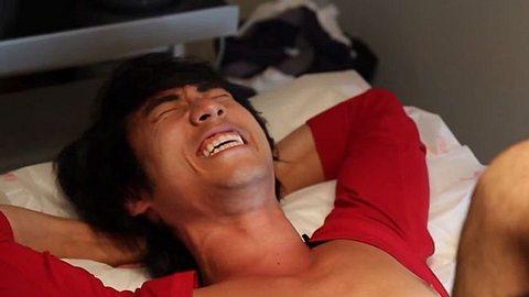 video enthaarung maenner lassen sich den intimbereich waxen - Foto: Screenshot/Youtube
