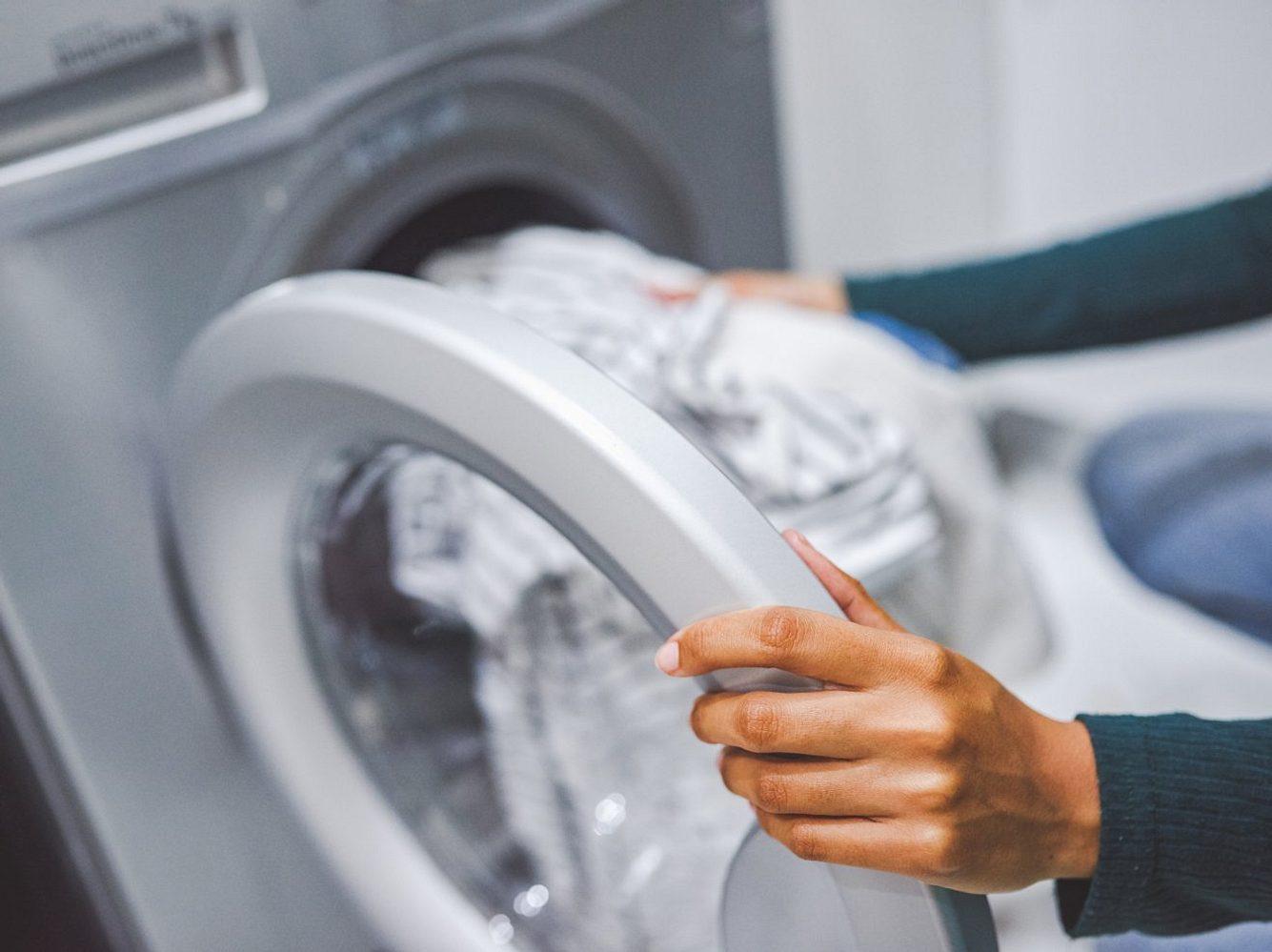 Wäsche verfängt sich in Waschmaschine: Das kannst du tun