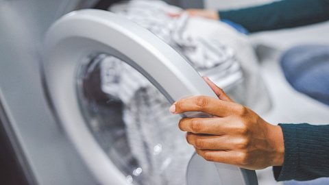 Wäsche verfängt sich in Waschmaschine: Das kannst du tun - Foto: iStock/Moyo Studio