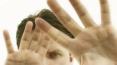 was die hand des mannes ueber sein bestes stueck verraet - Foto: iStockphoto.com