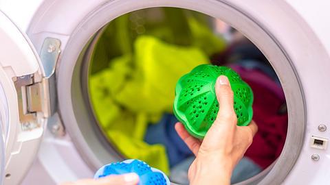 Wäschewaschen mit einem Waschball. - Foto: iStock/Tutye