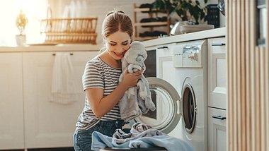 Waschsymbole: Was die Pflegehinweise in Klamotten wirklich bedeuten - Foto: evgenyatamanenko/iStock