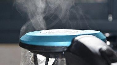 Kochendes Wasser im Wasserkocher - Foto: tzahiV/iStock