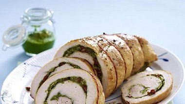 Hier wird die Kräuterfüllung in das Putenfleisch eingerollt und fertig ist der Weihnachtsbraten. - Foto: House of Foods
