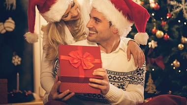 Weihnachtsgeschenke für den Freund zu finden ist gar nicht so leicht, aber mit diesen Ideen klappts bestimmt. - Foto: iStock