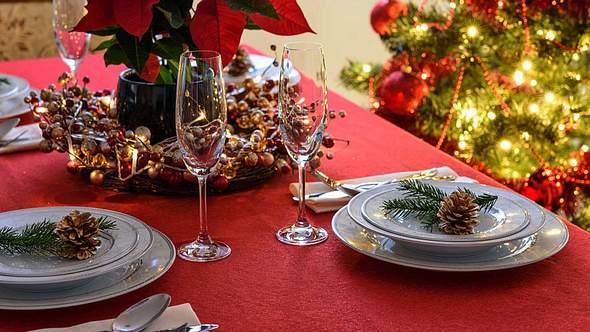 Weihnachtlich dekorierter Tisch mit Weihnachtsstern - Foto: iStock/WDnet