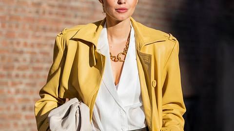 Weiße Blusen zu kombinieren ist nicht so einfach, wie es scheint. Wir haben Tipps und Styling-Ideen von klassisch bis trendy. - Foto: Getty Images / Christian Vierig