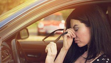 Konzentrationsschwäche ist ein Anzeichen aufkommender Müdigkeit während der Fahrt - Foto: SIphotography/iStock