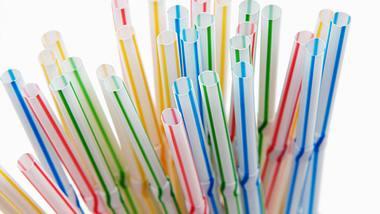 Neben Strohhalmen werden noch einige andere Produkte verboten. - Foto: NoDerog/istock