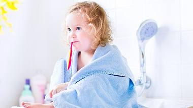 Ein Wickelaufsatz für die Badewanne spart Platz und ist praktisch. - Foto: iStock/FamVeld