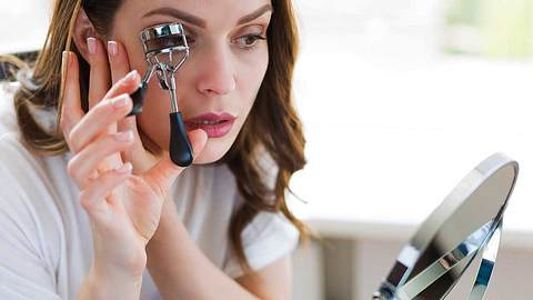 Wimpernzange benutzen: 5 typische Fehler, die fast jeder macht - Foto: iStock/ Tinatin1