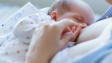 Wunde Brustwarzen vom Stillen: Diese Tipps helfen - Foto: iStock