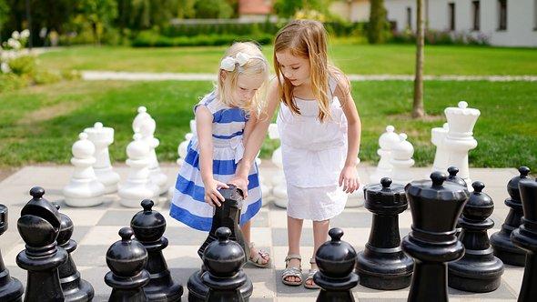 Mädchen spielen XXL Outdoor Spiele - Foto: iStock/MNStudio