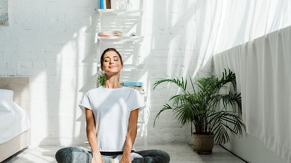 Frau in Yoga-Shirt - Foto: iStock/LightFieldStudios