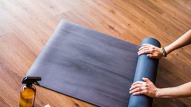 Mit einfachen Hausmitteln befreist du deine Yogamatte von Staub, Schweiß und Hautschuppen. - Foto: VisualCommunications/iStock
