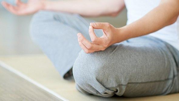 Frau auf Yogamatte aus Schurwolle - Foto: iStock/mediaphotos