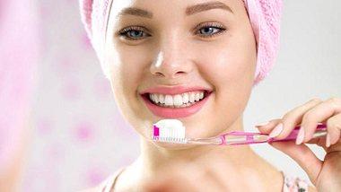 Wer abends die Zähne putzt, macht es richtig. - Foto: iStock