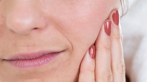 Bei einer Zahnfleischentzündung können Hausmittel helfen. - Foto: iStock