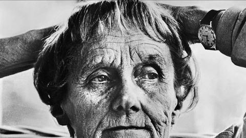 Astrid Lindgren blickt in die Ferne - Foto: imago images / Mary Evans