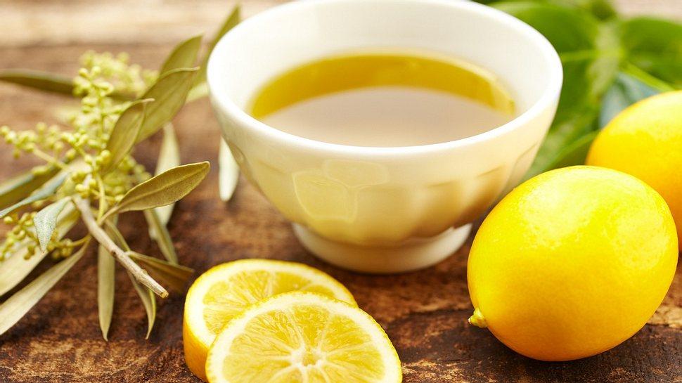 Zitronen-Olivenöl-Kur: Olivenöl mit Zitrone soll 30 Tage lang eingenommen werden - Foto: GSPictures/iStock