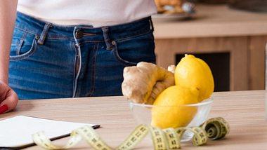 Mit der Zitronendiät purzeln die überschüssigen Pfunde. - Foto: iStock/golubovy