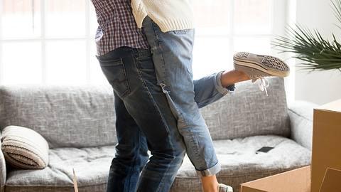 Wir haben Tipps fürs Zusammenziehen, mit denen die erste gemeinsame Wohnung ein reibungsloses Projekt wird. - Foto: iStock