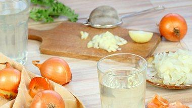 Zwiebeltee hilft als Hausmittel gegen Erkältungen und Husten - Foto: svehlik/iStock
